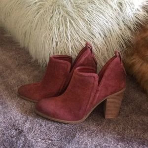 Brandnew brown Vince Camuto suede booties